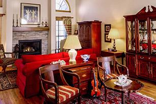 5 Cara Membuat Rumah Terlihat Lebih Menarik - meja dan kursi antik - jasa interior bogor